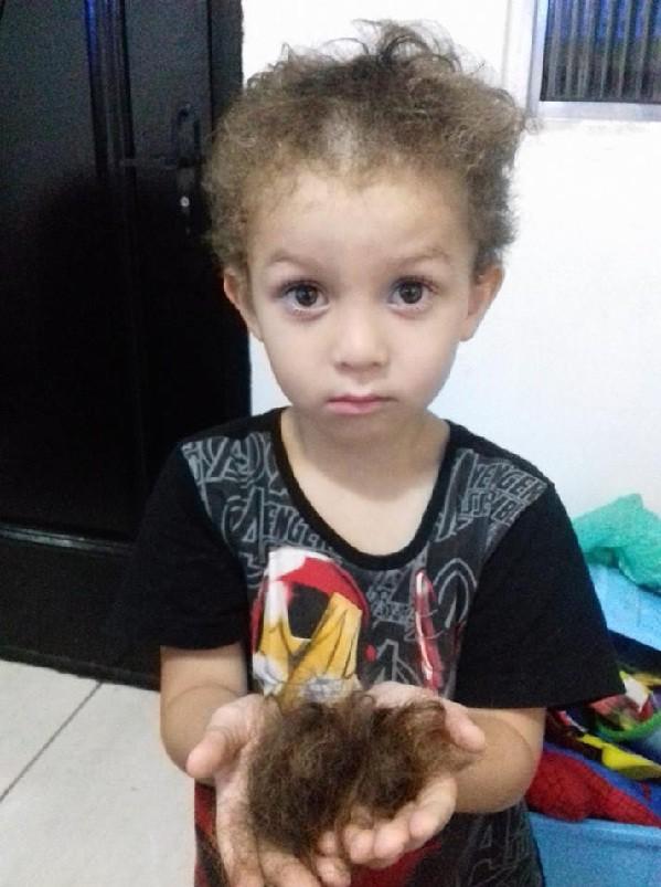 Criança corta cabelo (Foto: Reprodução/Facebook)