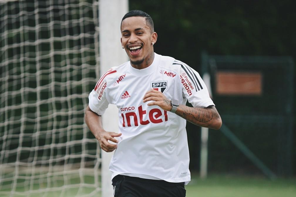 Paulinho Boia corre em volta do gramado do CT do São Paulo — Foto: Divulgação São Paulo