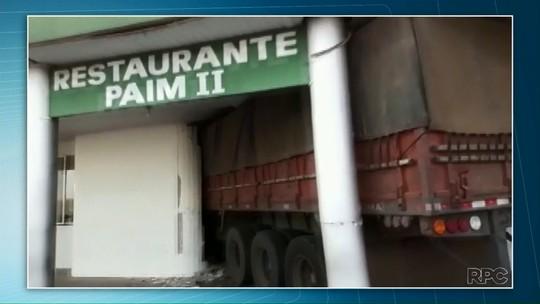 Caminhão sem freio invade restaurante e deixa feridos em na PR-092 em Wenceslau Braz