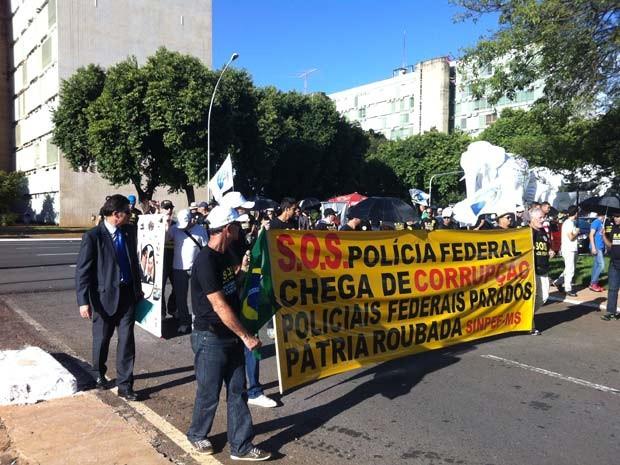 Policiais federais durante marcha na tarde desta quarta (122) na Esplanada dos Ministérios, em Brasília (Foto: Lucas Nanini/G1)
