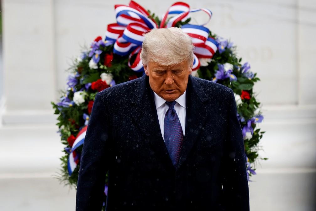 Presidente Donald Trump em sua primeira aparição oficial no cemitério de Arlington, na Virgínia, nesta quarta (11) — Foto: Carlos Barria/Reuters