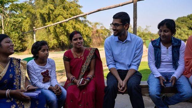 O CEO do Google, Sundar Pichai, fez várias reuniões na Índia sobre acesso à internet (Foto: Getty Images via BBC)