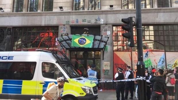 A polícia metropolitana de Londres isolou a porta da embaixada, mas não impediu o protesto de integrantes do grupo ambientalista Extinction Rebellion. Depois, deteve alguns manifestantes que fizeram pichações (Foto: FERNANDA ODILLA/BBC)
