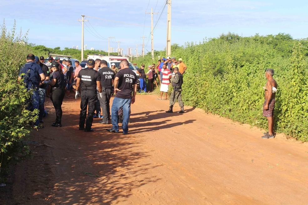 Corpo foi encontrado na Estrada da Raiz, nas proximidades da BR-304, em Mossoró — Foto: Marcelino Neto/O Câmera