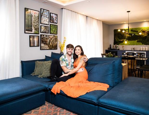 A sala de Paula e Breno tem muita madeira, que remete à natureza (Foto: Rafael Cusato/Quem)