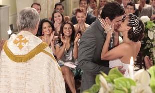 No último capítulo de 'Fina estampa', finalmente casados, Letícia (Tania Khalill) e Juan Guilherme (Carlos Casagrande) irão curtir sua lua de mel e terão um final feliz | Reprodução