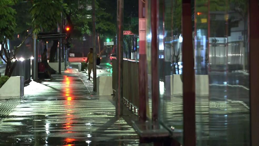 Homem tentou se proteger em ponto de ônibus quando foi eletrocutado por um poste de iluminação pública em São Paulo, nesta quinta-feira (9) — Foto: Reprodução/TV Globo