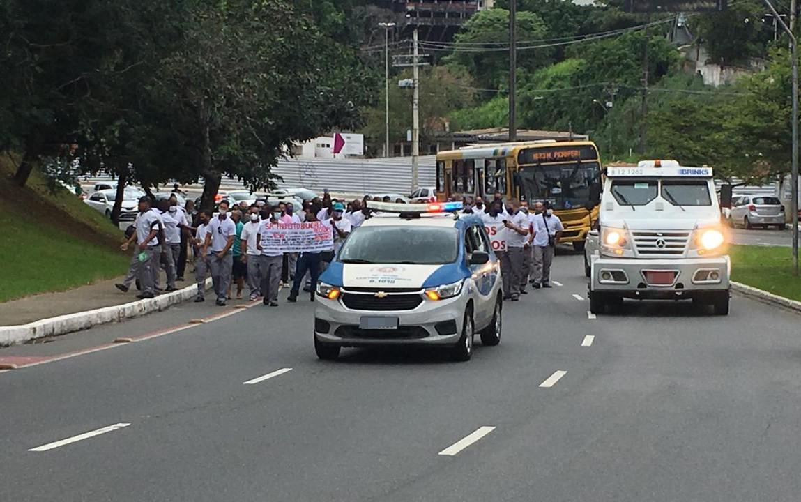Rodoviários da CSN realizam caminhada em protesto contra demora para pagamento de dívidas trabalhistas
