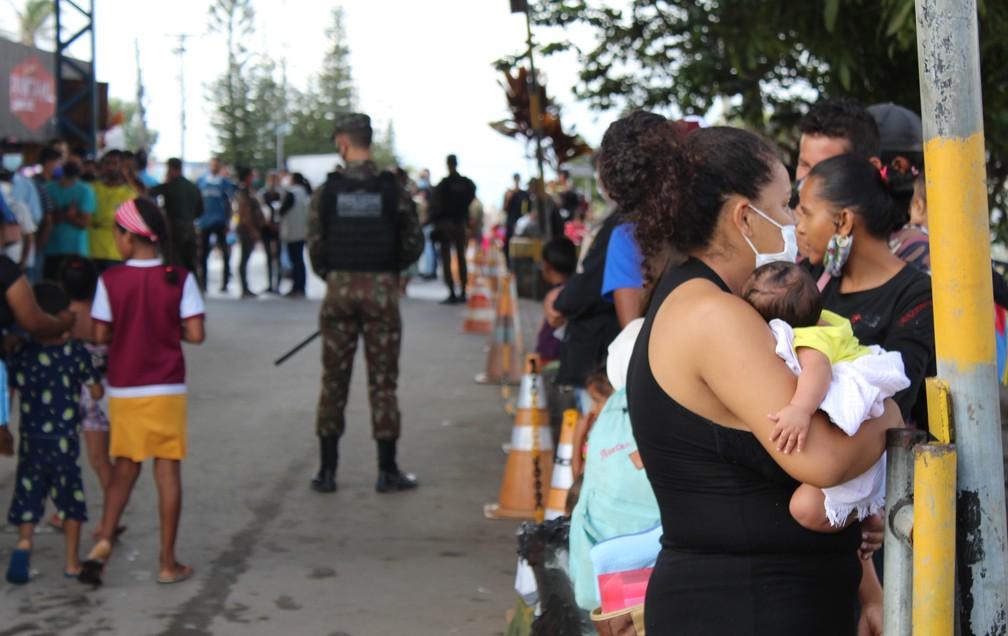 Muitos dos migrantes deficientes físicos, idosos e crianças expostos à insalubridade e ao perigo nas ruas do município — Foto: Caíque Rodrigues/G1