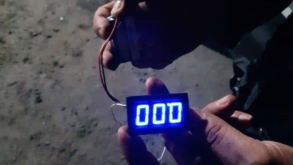 Relógio digital foi apreendido com casal suspeito de ataques a banco na PB (Foto: 4º BPM/Divulgação)