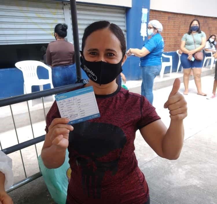 Cozinheira que já foi para UTI tratar tuberculose é vacinada contra Covid-19 em Belém