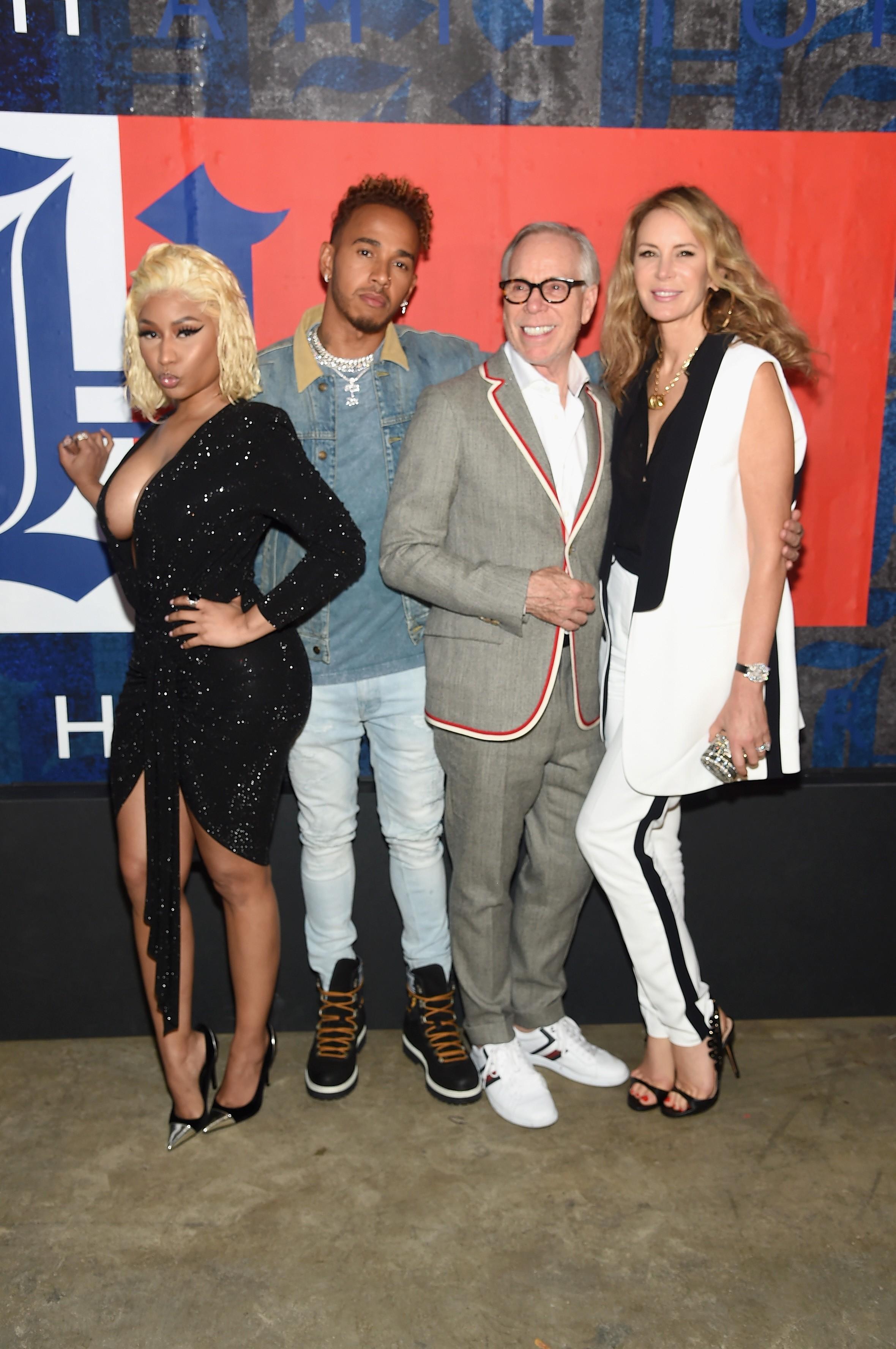 Nicki Minaj, Lewis Hamilton, Tommy Hilfiger e Dee Hilfiger em um evento de moda em Nova York (Foto: Getty Images)