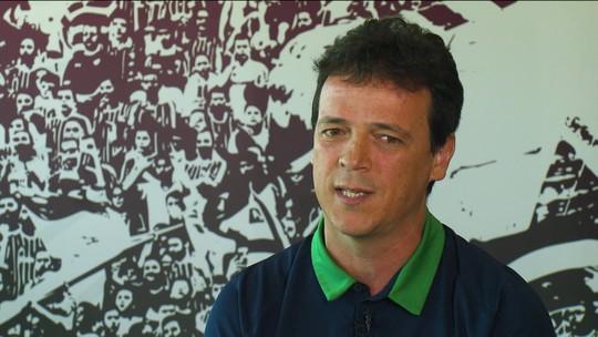 No divã com Diniz: técnico do Fluminense cura angústia pessoal e descobre felicidade no cargo