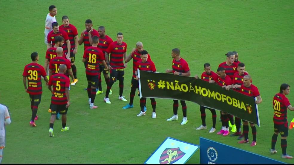 Jogadores do Sport mostram faixa contra a homofobia antes do primeiro jogo da final do Campeonato Pernambucano — Foto: Reprodução/TV Globo