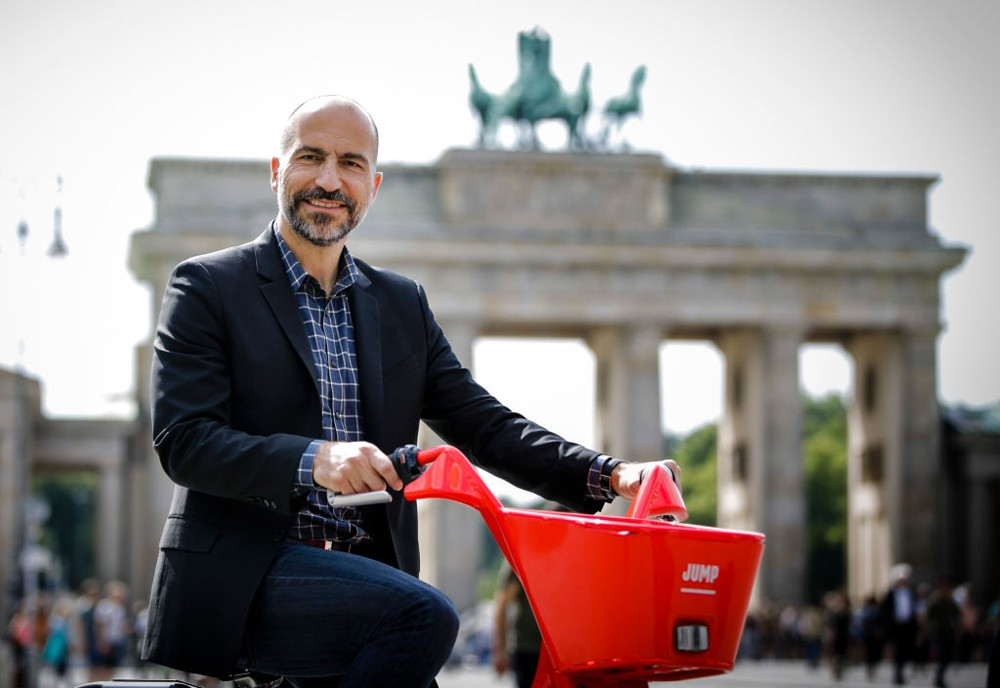 BERLIN, GERMANY - JUNE 05: Dara Khosrowshahi, CEO Uber, presents the Jump electric bike sharing service at the Brandenburg Gate on June 5, 2018 in Berlin, Germany. (Photo by Thomas Koehler/Photothek via Getty Images) (Foto: Photothek via Getty Images)