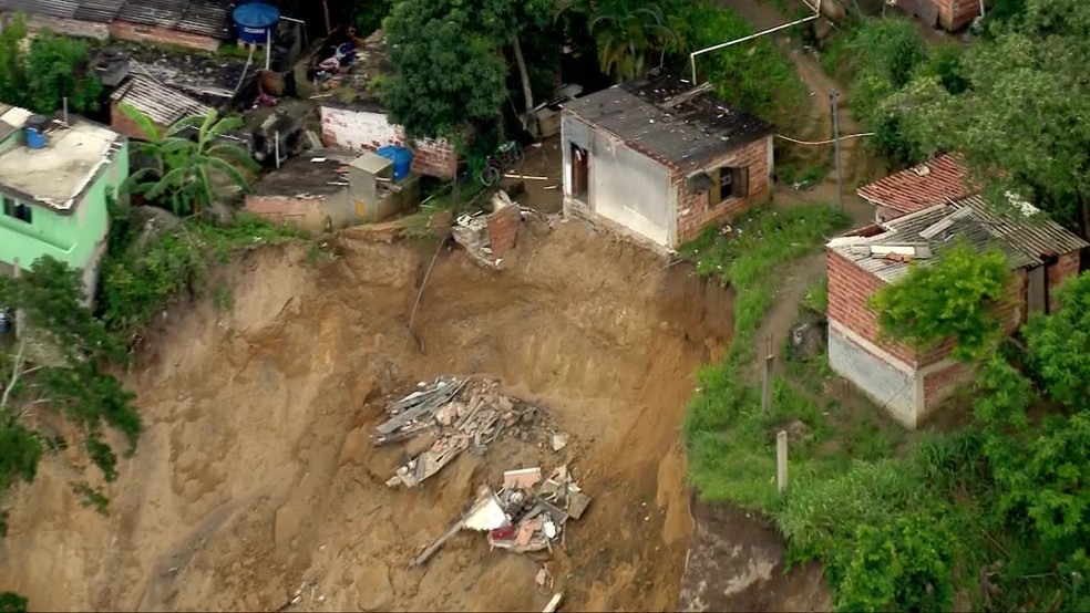Casa desmorona em deslizamento no Morro da Esperança, Niterói â?? Foto: Reprodução/TV Globo