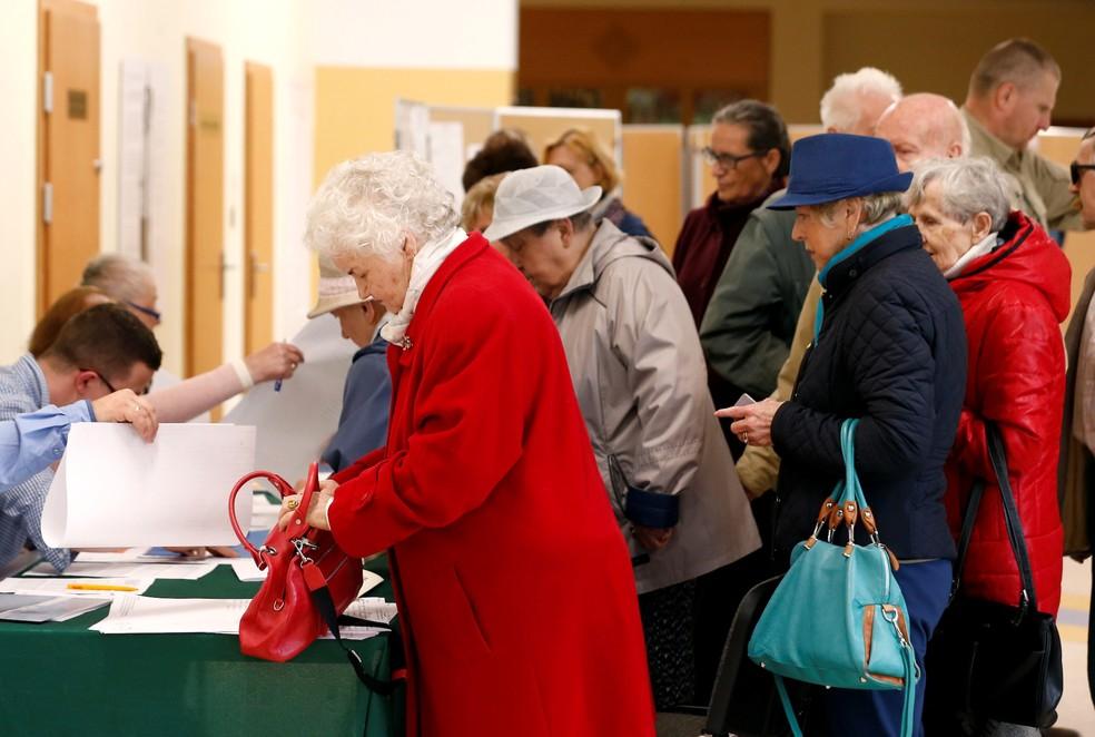 Eleitores votam em Sopot, na Polônia, neste domingo (26) — Foto: REUTERS/Kacper Pempel