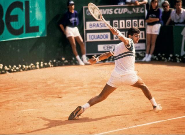 Luiz Mattar em jogo em que derrotou o equatoriano Andrés Gómez pela Copa Davis, em 1987, no Rio de Janeiro (Foto:  Antonio Carlos Piccino/Agência O Globo)