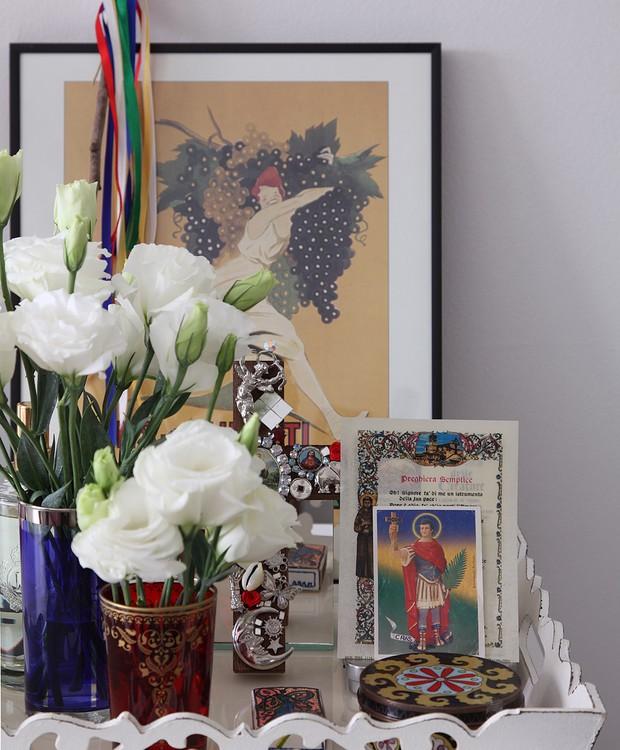 Na bandeja, santinhos e orações, além de fitinhas coloridas que prometem cura (Foto: Lufe Gomes/Casa e Jardim)