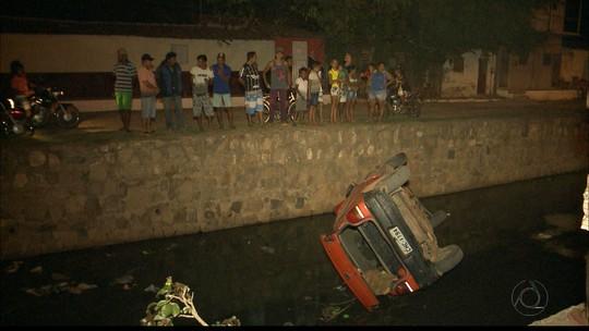 Carro cai em canal e motorista foge em Sousa, na PB