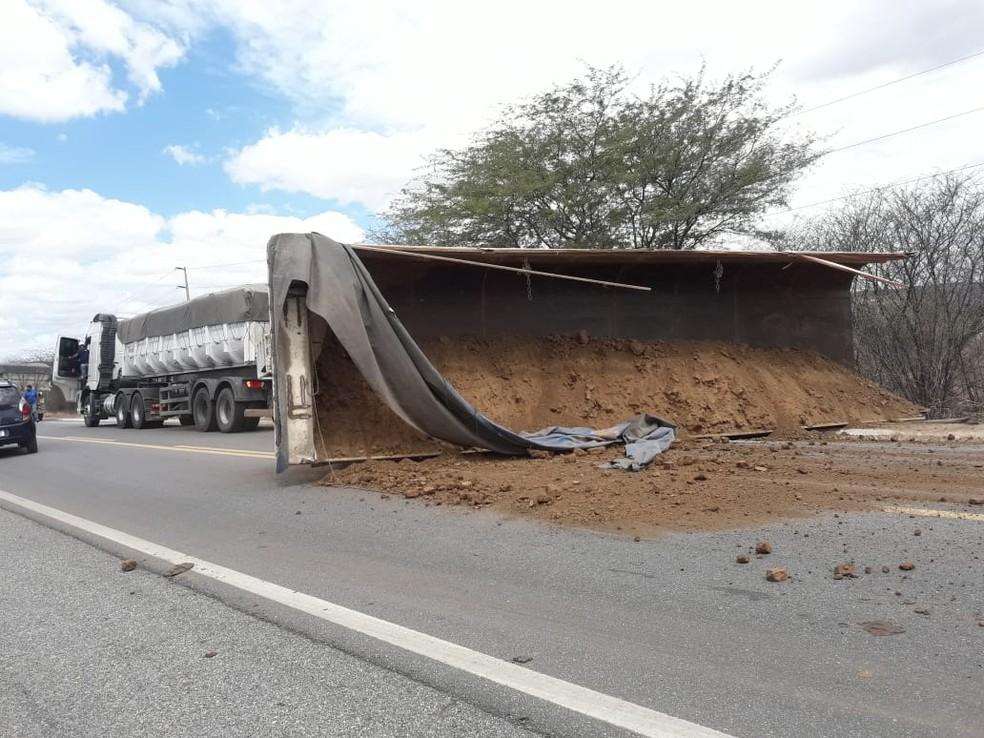 Carreta carregada de barro tomba e interdita pista na BR 427 em Acari — Foto: Cedida