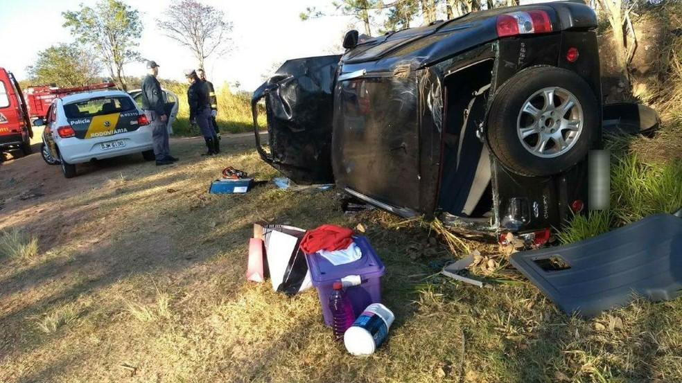Motorista estava sozinha e não ficou ferida após capotamento em Quintana (Foto: Corpo de Bombeiros/Divulgação)