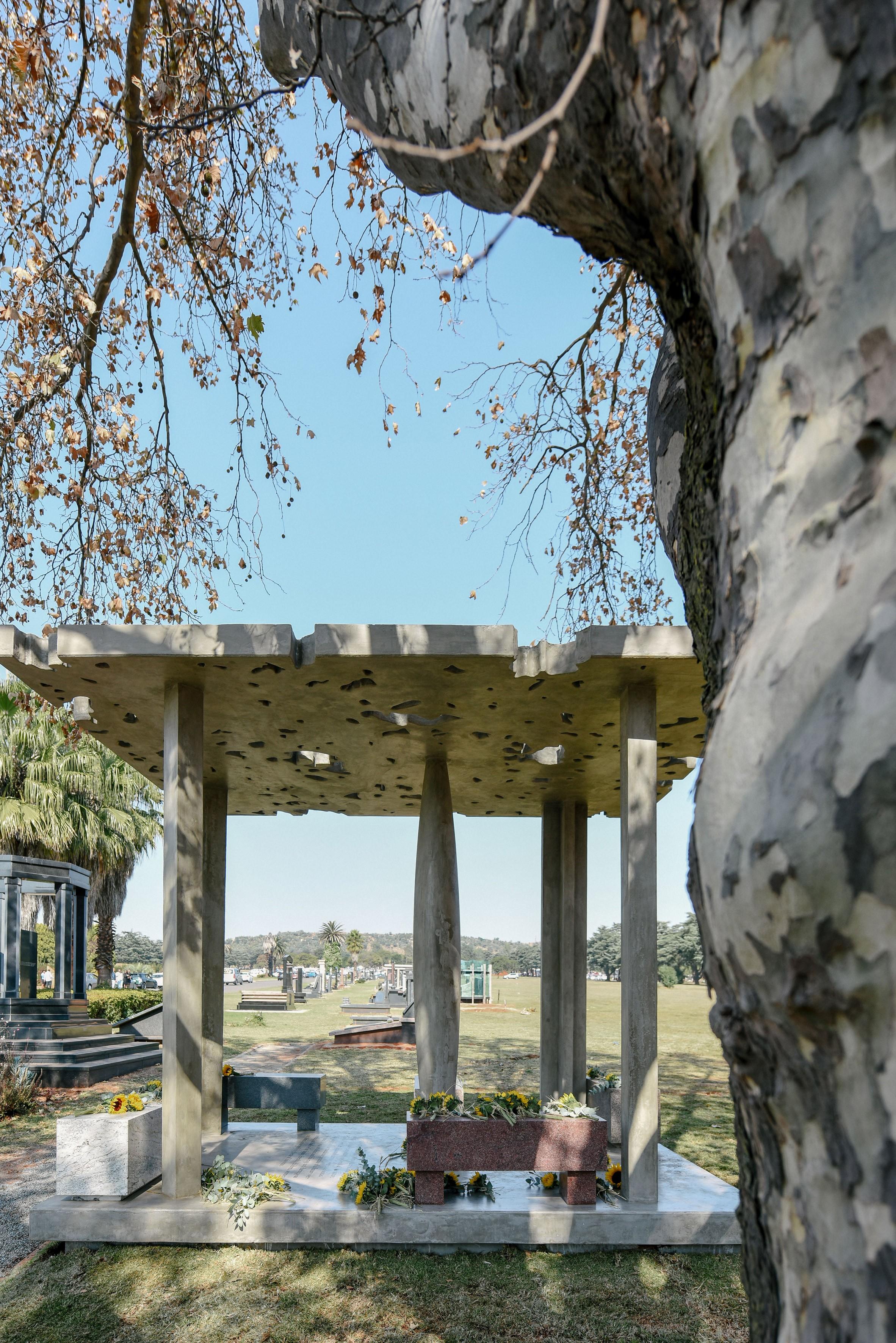 O pavilhão de concreto em Joanesburgo em homenagem ao trompetista Hugh Masekela, conhecido também como Bra Hugh (Foto: Reprodução / Alexi Portokallis)
