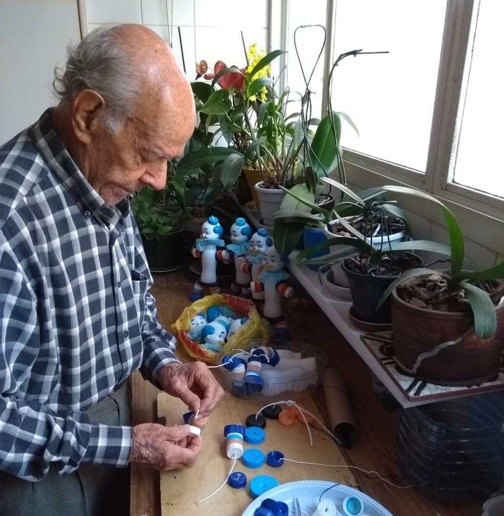 Seu João utiliza materiais recicláveis para produzir bonecos coloridos para crianças — Foto: Arquivo pessoal/Maura Regina de Carvalho