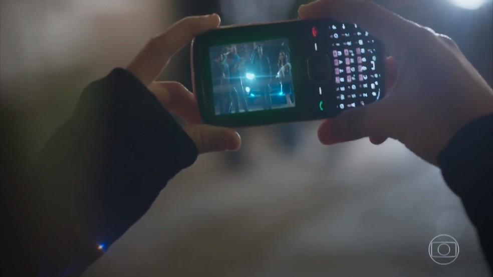 Carol (Bruna Griphao) filma Guto (Daniel Tavares) bater em Adônis (José Loreto) - 'Haja Coração' — Foto: Globo