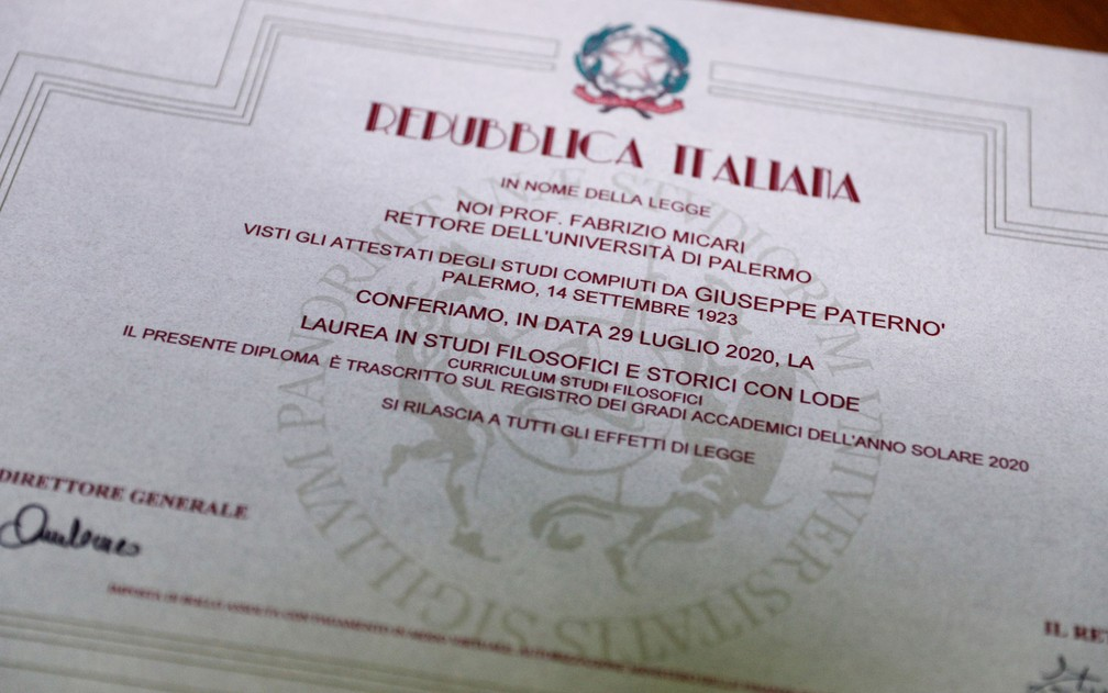O certificado de graduação de Guiseppe Paterno, o mais velho estudante italiano, que se formou aos 96 anos na Universidade de Palermo, em 29 de julho  — Foto: Reuters/Guglielmo Mangiapane