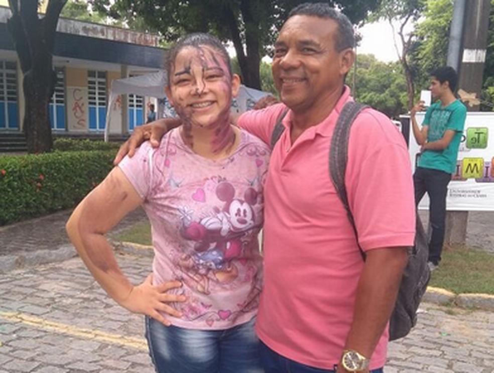 Ester de 17 anos junto com o pai João Monte durante a festa de calouros na Universidade Federal do Ceará. (Foto: Ester Ferreira Rodrigues/Arquivo Pessoal)