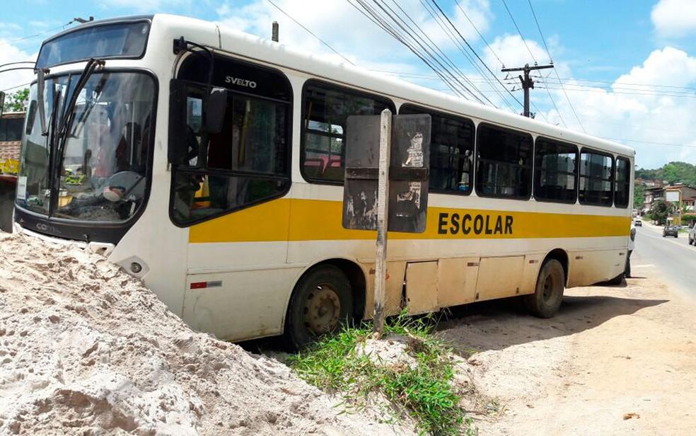 Ônibus foi parar em banco de areia às margens da pista  (Foto: Divulgação/Polícia Militar)