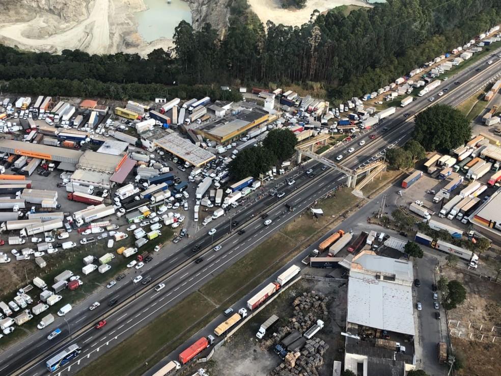 Caminhoneiros estão estacionados em trecho urbano de Jacareí (Foto: André Luís Rosa/TV Vanguarda)