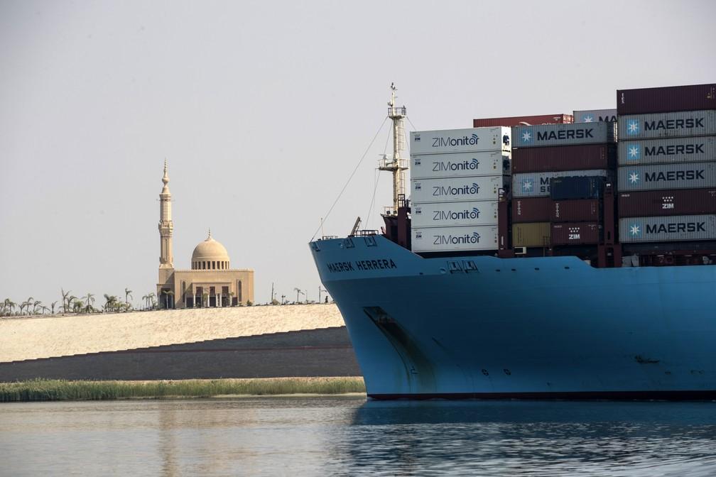 Embarcação de carga passa pelo novo trecho do Canal de Suez, no porto de Ismailia, no Egito — Foto: Khaled Desouki/AFP