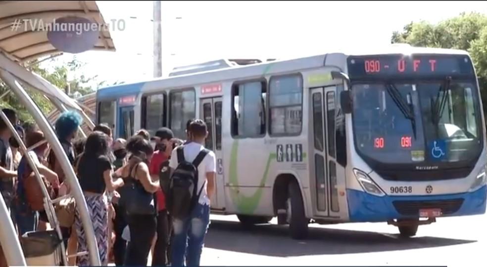 Aglomeração de passageiros esperando ônibus que vai para shopping em Palmas — Foto: Reprodução/TV Anhanguera