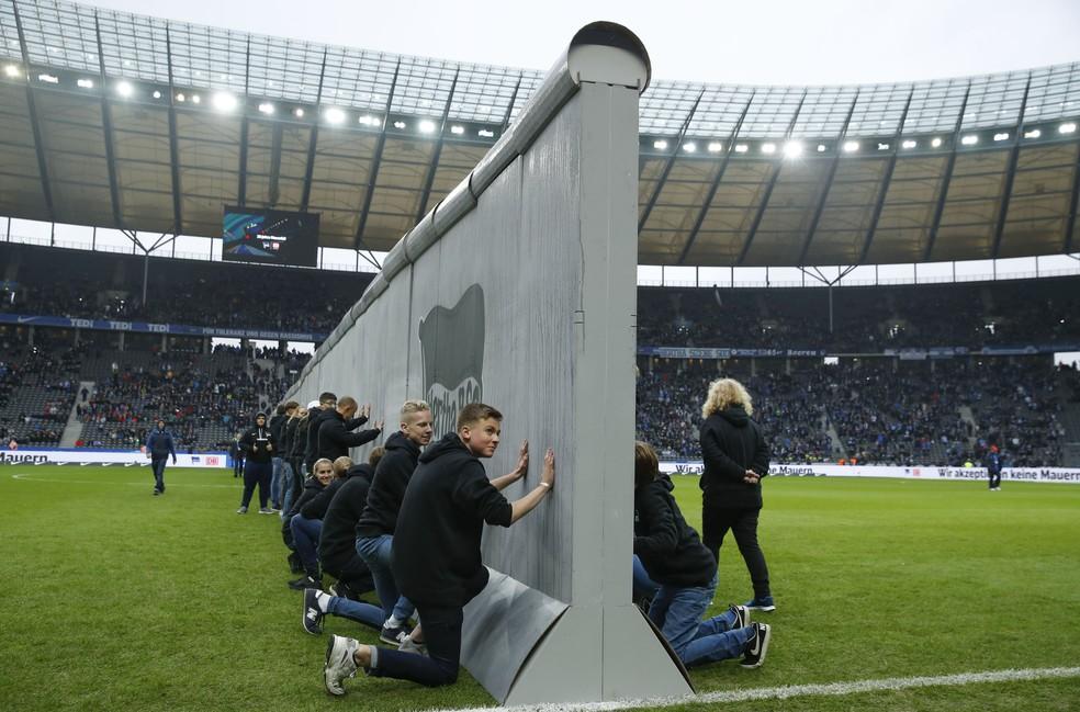 Muro de Berlim é recriado no gramado do estádio nacional da capital alemã — Foto: AFP
