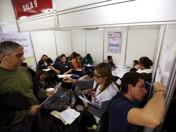 Pessoas preenchendo fichas de emprego em São Paulo (Foto: REUTERS/Paulo Whitaker)