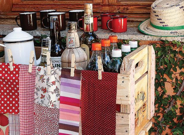 O quentão no bule de ágata, as cachaças e os refrigerantes ficam descontraídos em caixotes de feira livre decorados com tiras de tecidos e pregadores (Foto: Marcos Antonio/Editora Globo)