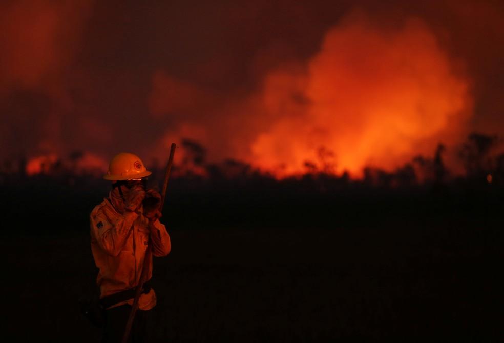 Brigadista combate queimada na região sul do estado de Amazonas, em foto de 15 de setembro. — Foto: Bruno Kelly/Reuters