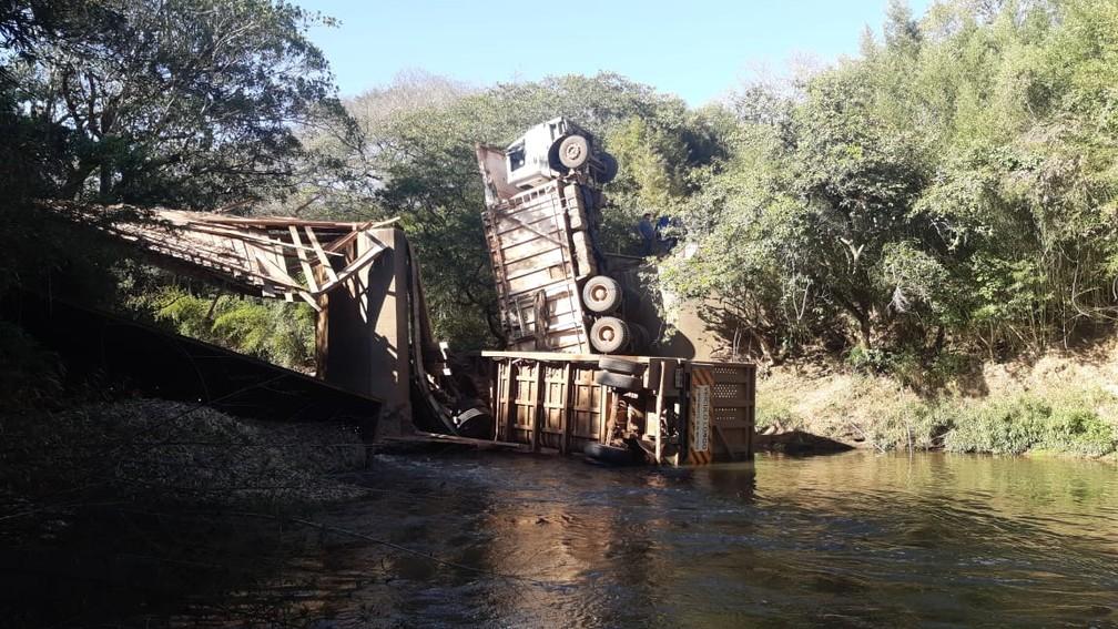 Caminhão com 35 toneladas de cana cai no Rio Corumbataí entre Piracicaba e Rio Claro — Foto: Edijan Del Santo/EPTV
