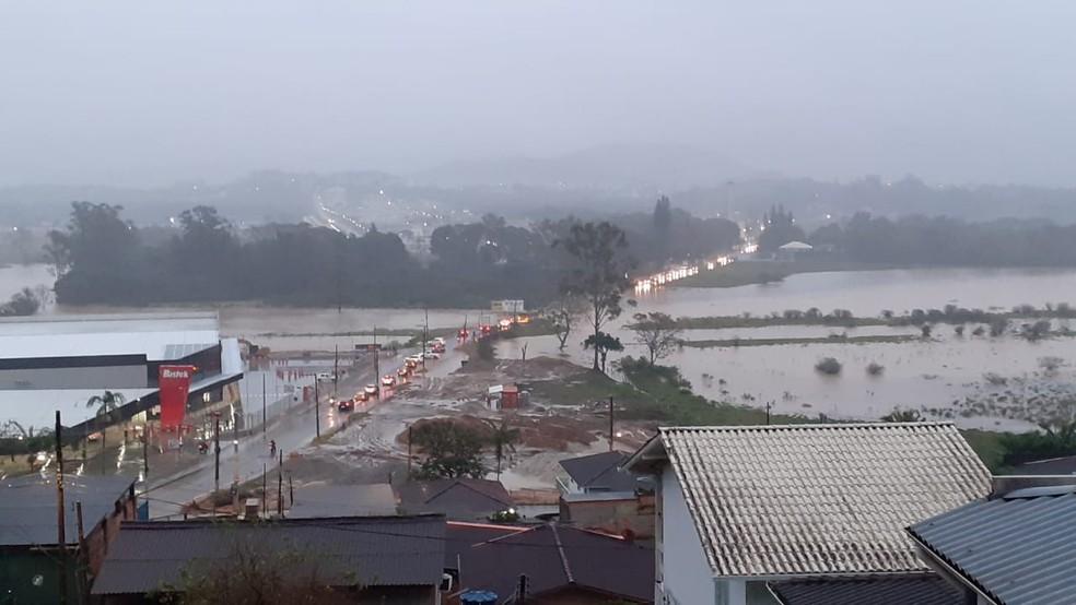 Chuva causa alagamentos na Grande Florianópolis na manhã desta quarta-feira — Foto: Paulo Mueller/ NSC TV