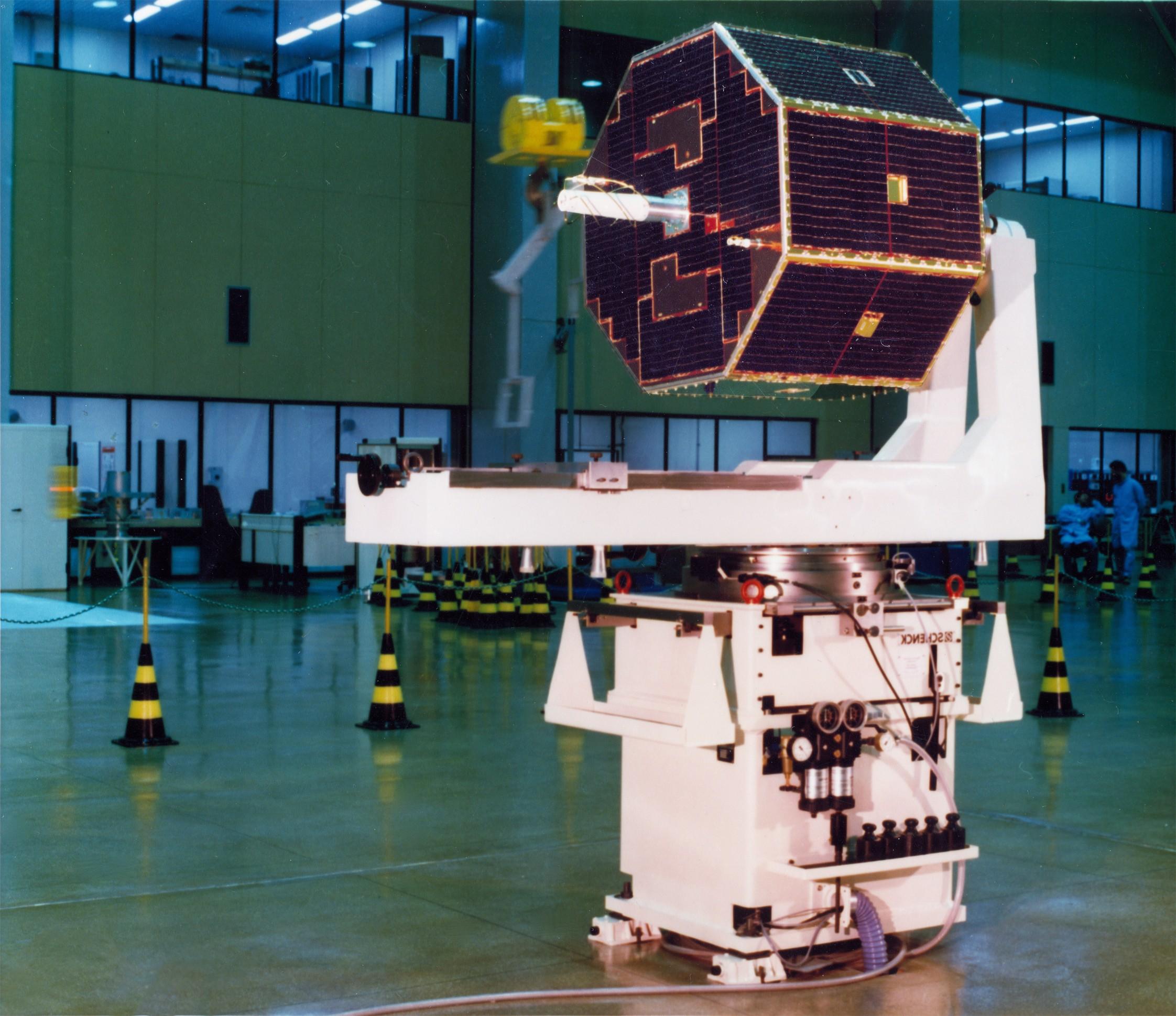 SCD-1 ainda antes do lançamento, que aconteceu há 25 anos. (Foto: INPE)
