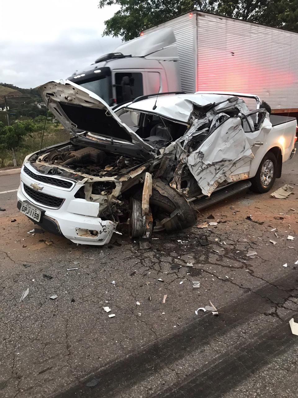 Caminhonete bate em carreta e motorista fica ferido na BR-381