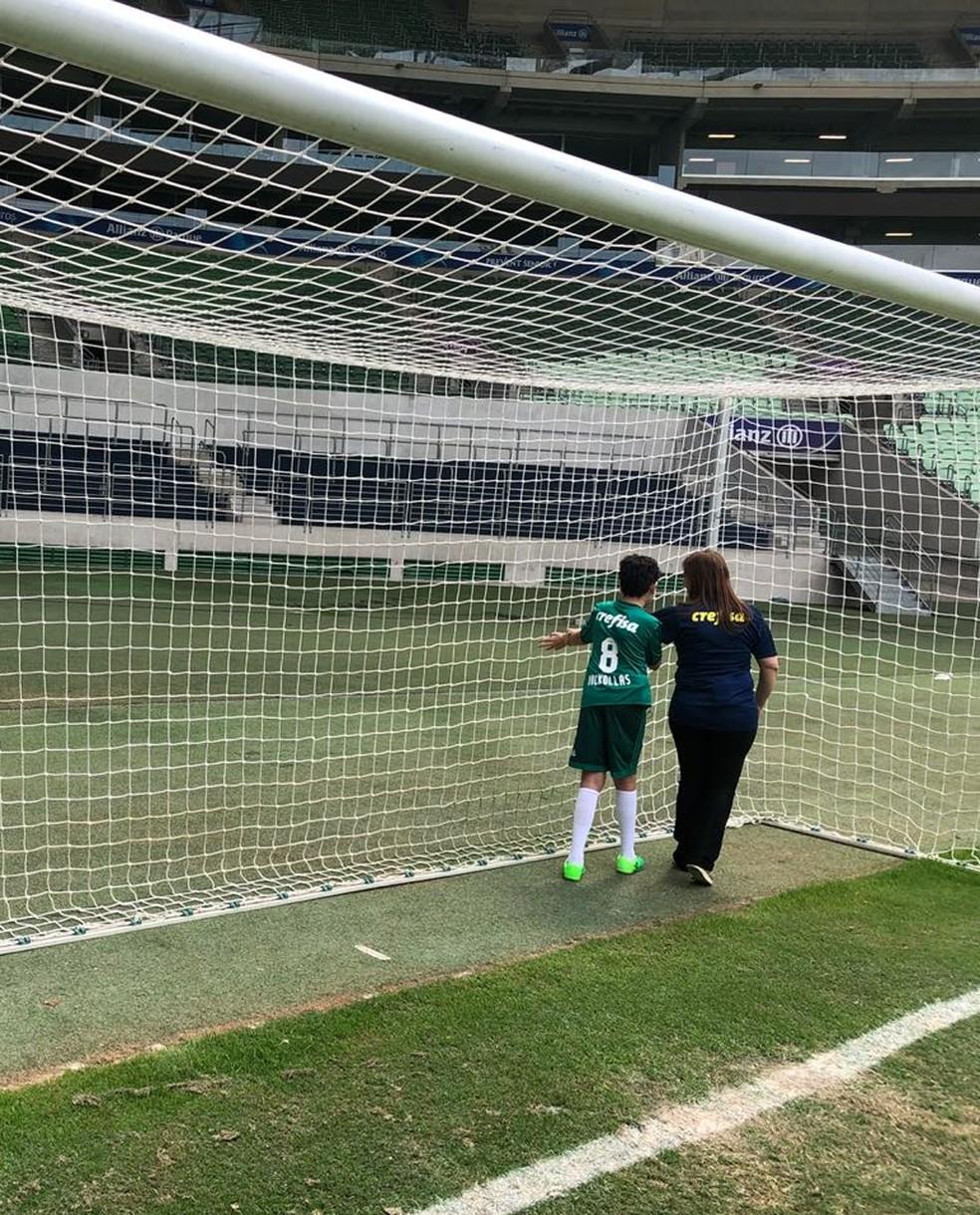 Nickollas e a mãe, Sílvia, conhecem o gramado da Arena do Palmeiras — Foto: Carol Andrade