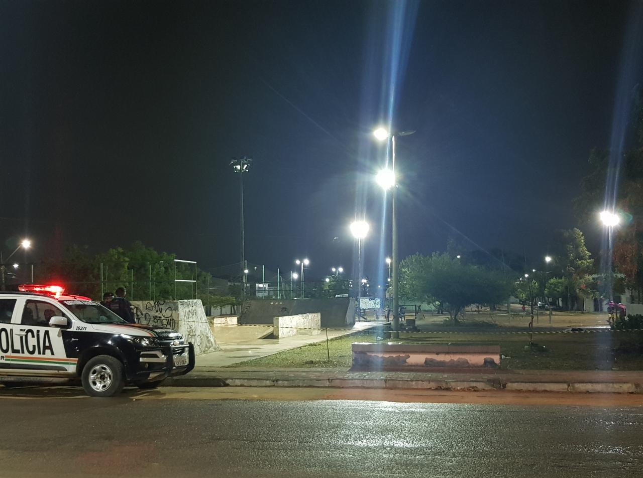 Jovem é morta a tiros em praça do Sítio São João, em Fortaleza