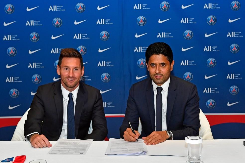 Messi e Nasser Al-Khelaifi, presidente do PSG, na assinatura do contrato até 2024 — Foto: Reprodução PSG