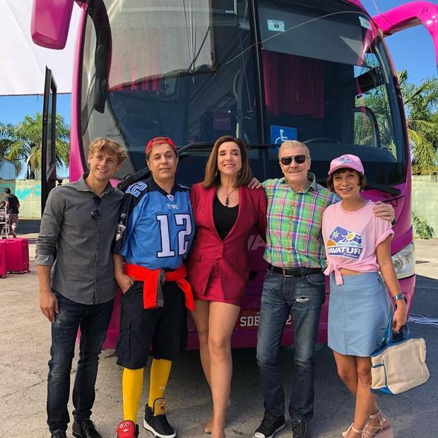 O ônibus da Vavátur e o elenco de Sai de Baixo: Rafael Canedo (Caquinho), Tom Cavalcanti (Ribamar), Marisa Orth (Magda), Miguel Falabella (Caco Antibes) e Katiuscia Canoro (Sunday) (Foto: Reprodução Instagram)