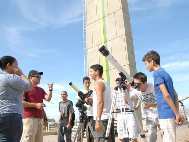 Observação do eclipse solar no monumento Marco Zero do Equador, no Amapá (Foto: Gabriel Penha/G1-AP)