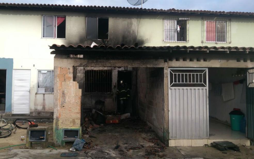 Caso foi atingida pelas chamas após carro ser tomado por fogo (Foto: Corpo de Bombeiros)