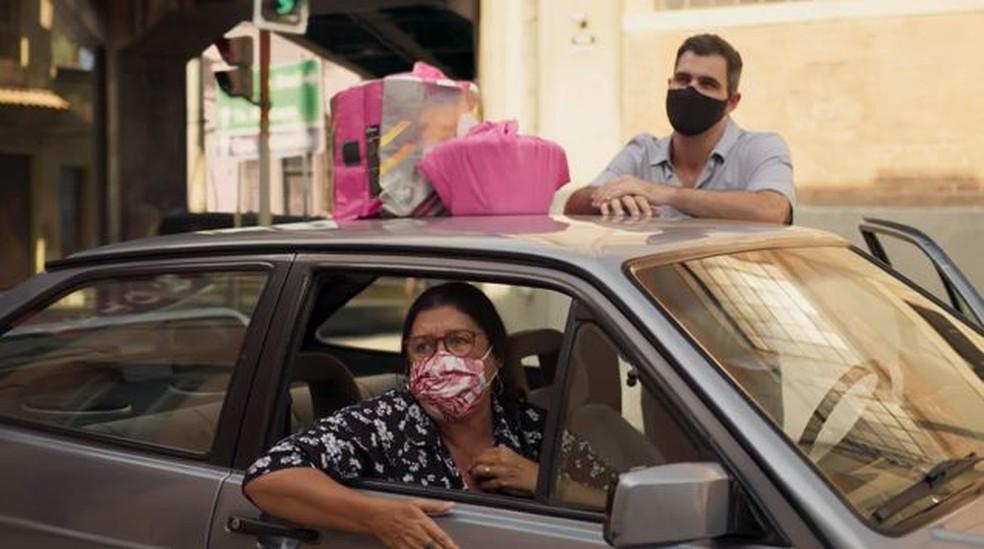 Lurdes (Regina Casé) e Magno (Juliano Cazarré) fazem surpresa para Camila (Jéssica Ellen) — Foto: Globo